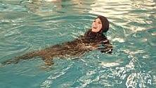 La piscna che chiude  agli uomini  per permettere  alle donne musulmane  di nuotare