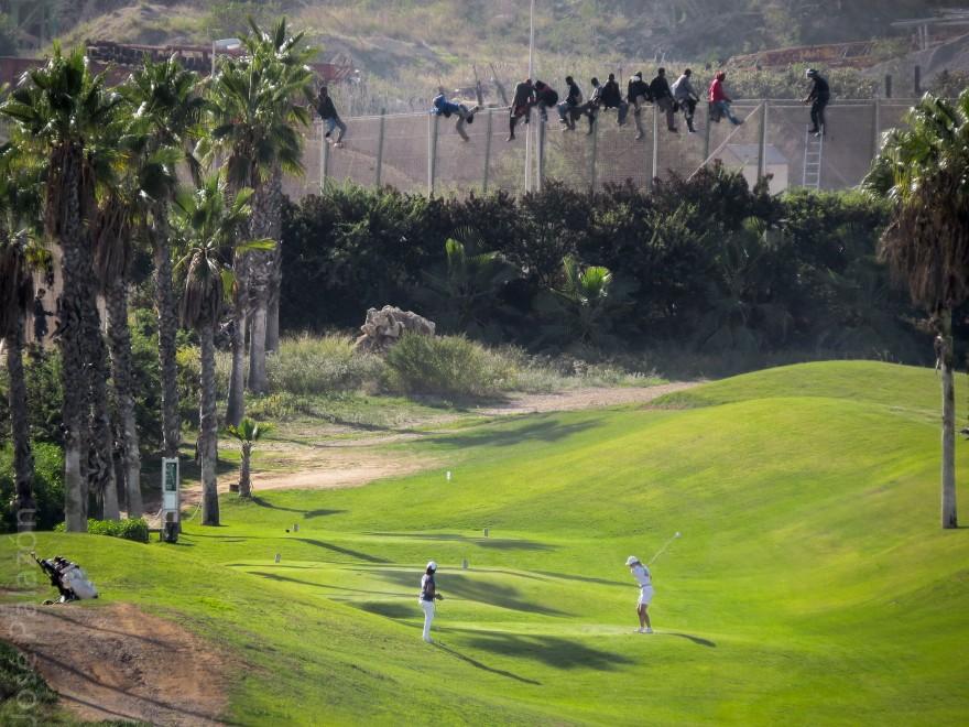 Melilla, le due facce della frontiera: sulla rete i migranti, sotto si gioca a golf