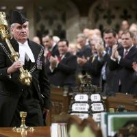Canada, l'eroe di Ottawa: il Parlamento in piedi per Vickers