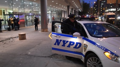 New York, due agenti feriti con un'accetta L'aggressore poi è stato ucciso   foto