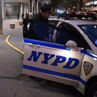 New York, feriti a colpi di accetta due poliziotti. Altri agenti uccidono l'aggressore....