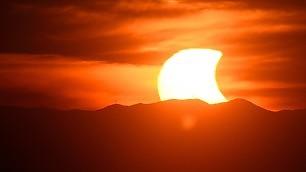 Eclissi, il Sole dà spettacolo    video