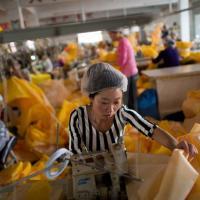 Ebola, dentro la fabbrica cinese delle tute antivirus