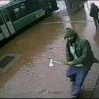 """NY, ferisce due poliziotti con un'accetta poi viene ucciso: """"Aggressore vicino a..."""