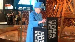 Il primo  cinguettio reale    - video       La regina Elisabetta  su Twitter   di ENRICO FRANCESCHINI