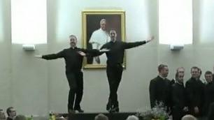 Ballano il tip tap sulla scrivania show dei seminaristi in Vaticano