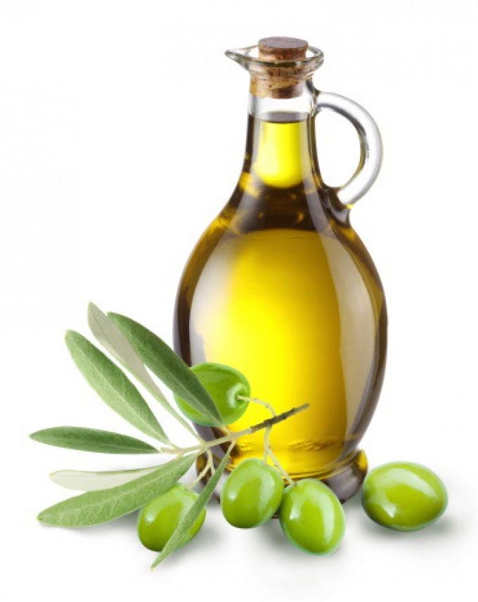 Olio d'oliva, il Parlamento approva il tappo antirabbocco. Basta bottiglie anonime nei ristoranti