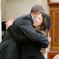 Ebola, abbraccio alla Casa Bianca tra Obama e l'infermiera guarita