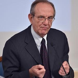 """Legge di stabilità, Padoan risponde all'Ue: """"Evitare quarto anno di recessione"""""""