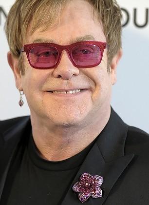"""Elton John scatenato: """"Papa Francesco santo subito"""""""