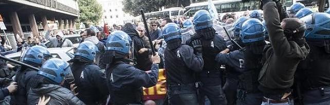"""Ast,   scontri al corteo: feriti tre operai    foto   Landini: """"Picchiati  senza motivo """"   video   -   dir.tv"""