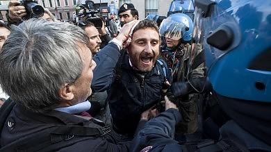 """Camusso: """"Renzi abbassi manganelli""""    Premier: su scontri verifiche e interventi"""
