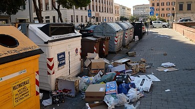 A Livorno sciopero dei netturbini   foto     vd    cestini rovesciati e città invasa dai rifiuti