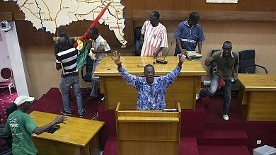 Burkina Faso, Parlamento in fiamme Militari fraternizzano con i manifestanti Compaorè si prepara alla fuga   Video