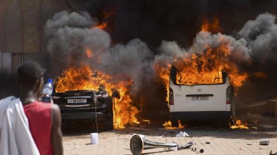 """Burkina Faso, è golpe. L'esercito: """"Coprifuoco e governo di transizione"""". Scontri, almeno 30 morti e 100 feriti"""