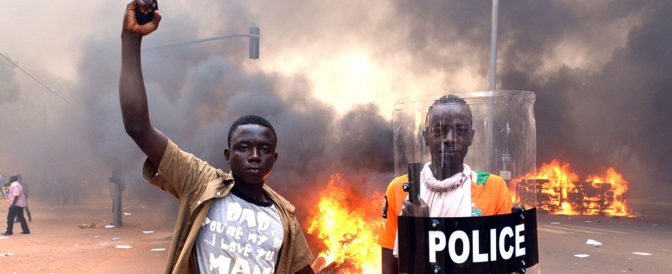 """Burkina Faso, è golpe. Ma Campaoré: """"Non mi dimetto"""". Almeno trenta morti negli scontri"""
