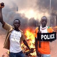 """Burkina Faso, interviene l'esercito. Campaoré: """"Non mi dimetto"""". Trenta morti negli..."""