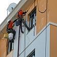 Operai-scalatori al lavoro tinteggiare è un'acrobazia
