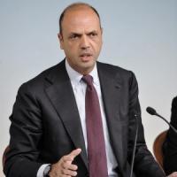 """Immigrazione, Alfano: """"Portare richieste asilo in Africa"""""""