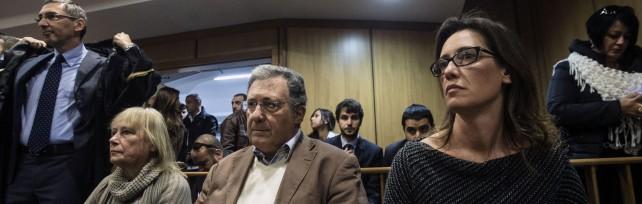 """Cucchi, sentenza di appello: tutti assolti   video       La famiglia in lacrime : """"Verdetto assurdo""""   foto"""
