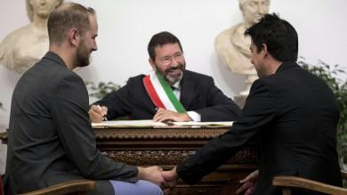 Nozze gay, il prefetto invia a Marino l'annullamento delle trascrizioni   video