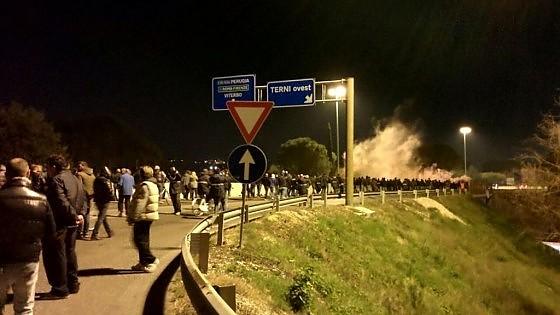 Vertenza Ast, operai in corteo bloccano raccordo Terni-Orte per protesta