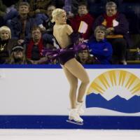 Canada, imprevisto in pista: il vestito della pattinatrice scivola giù