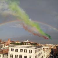 Le Frecce tricolori volano nell'arcobaleno