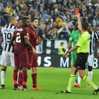 Roma, tifosi incrociano Rocchi all'aeroporto: cori e insulti contro l'arbitro