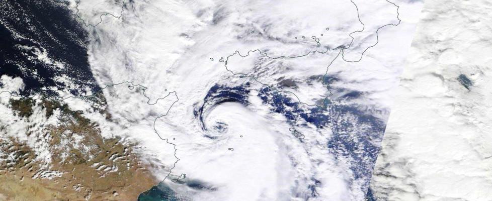 Maltempo, ciclone sfiora Sicilia orientale. Crolla il tetto di un ospedale a Caltanisetta