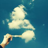 Giocando nel blu con Markus: nuvole e fantasia