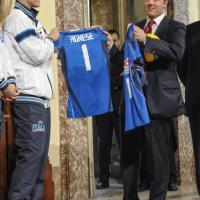 Le ragazze del volley a palazzo Chigi: maglia per Renzi e Agnese