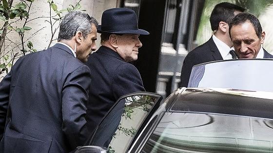 "Fi, Berlusconi ricompatta i suoi: su Italicum sì a dialogo ma no a diktat. E Renzi: ""Niente più rinvii"""