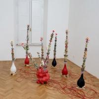 Fiori e flauti, colori e rumore. Le porte del sentire secondo Bertugno