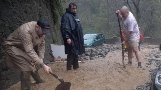 Maltempo, tre morti al Nord. Scontro Burlando-Renzi: colpa di condoni fatti a Roma