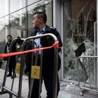 Hong Kong, manifestanti cercano di entrare in Parlamento