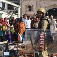 India, guru ricercato: battaglia tra la polizia e i fedeli del santone. Sei morti e...