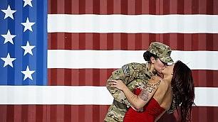 Bacio tra la soldatessa e la moglie la fotografia diventa virale