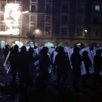 """Messico in piazza per gli studenti """"desaparecidos"""": scontri nella capitale"""