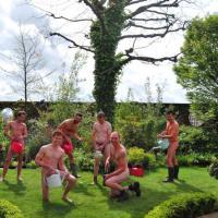 Pollice verde, nudi per solidarietà: è il calendario dei giardinieri