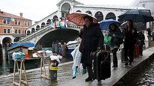 Venezia, la valigia fa rumore vietati i trolley in Laguna