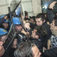 """Regionali, Renzi a Cosenza: """"È stata terra del 'magna magna'"""". Tensione tra manifestanti..."""