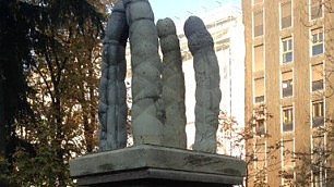 Spunta la statua oscena ironia e disgusto in città