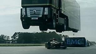 Formula 1, la manovra è rischiosa Il tir salta e l'auto sfreccia sotto