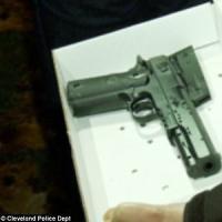Usa: 12enne nero armeggia con una pistola finta, poliziotto lo uccide