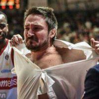 Basket, Varese-Milano: Pozzecco viene espulso e si strappa la camicia