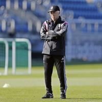 Calcio, Ancelotti e il suo staff: tra lavagne e cimeli