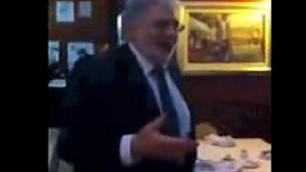 Domingo improvvisa al ristorante Canta tra i tavoli ''O sole mio' '