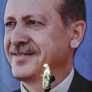 """Turchia, Erdogan: """"Donne non uguali agli uomini. Il grande status che riserva loro l'Islam è essere madri"""""""