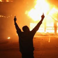 Ferguson, tensioni e scontri. Poliziotto ferito a St. Louis. Da New York a Los Angeles, proteste nelle maggiori città Usa